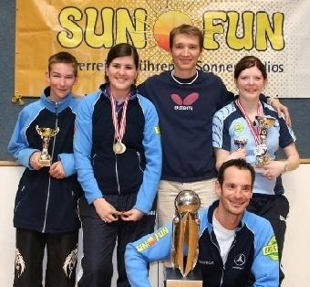 Tischtennisweltmeister Werner Schlager mit Jugendlichen des Badener AC
